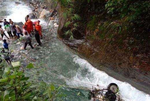 उत्तराखंड   गहरी खाई में गिरा मैक्स वाहन, 3 लोगों की मौत