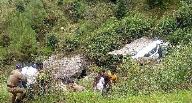 उत्तराखंड | गहरी खाई में गिरी कार, डेढ़ साल की बच्ची सहित 8 लोग घायल, 2 गंभीर