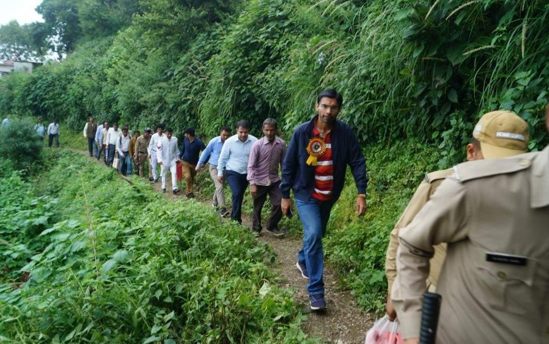 नैनीताल   9 किलोमीटर पैदल चलकर गांव पहुंचे थे जिलाधिकारी, लौटते ही किया ग्रामीणों की समस्या का समाधान