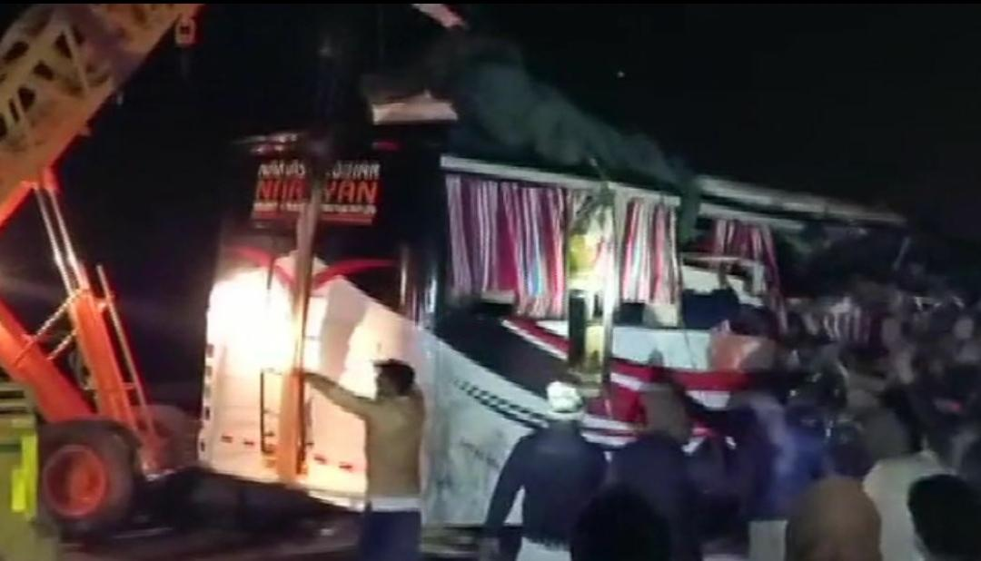 देर रात भीषण सड़क हादसे में 13 लोगों की दर्दनाक मौत, 30 से ज्यादा घायल