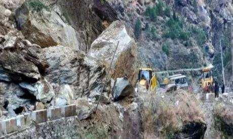पहाड़ी दरकने से बदरीनाथ हाईवे बंद, करीब 200 से ज्यादा वाहन फंसे