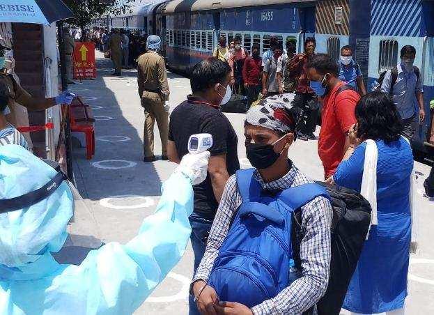 उत्तराखंडके 1595 लोगों को लेकर सूरत से लालकुआं पहुंची ट्रेन, प्रवासियों के चेहरे खिले