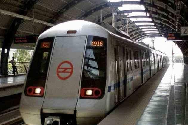 पति ने मेट्रो के आगे कूदकर दी जान, पत्नी ने भी बेटी के साथ लगाई फांसी