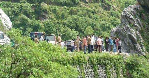 उत्तराखंड | अनियंत्रित होकर खाई में जा गिरी कार, 2 की मौत, 3 लोग घायल