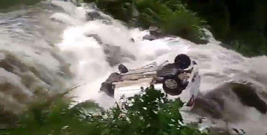 उत्तराखंड | तेज बारिश के बाद उफनाए नाले में बही कार, देखिए LIVE वीडियो