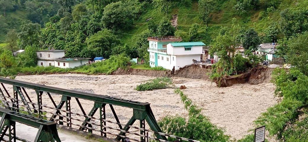 पिथौरागढ़ में बादल फटा, घर गिरने से महिला हुई घायल, तस्वीरों में देखिए तबाही का मंजर