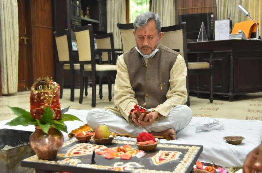 उत्तराखंड | पूजा अर्चना के साथ CM तीरथ ने कैंप कार्यालय में शुरु किया कामकाज