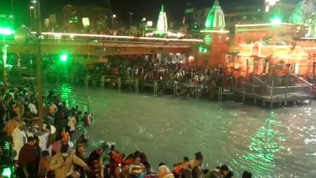महाशिवरात्रि पर हरिद्वार कुंभ का पहला शाही स्नान, हर की पौड़ी पर श्रद्धालुओं का सैलाब