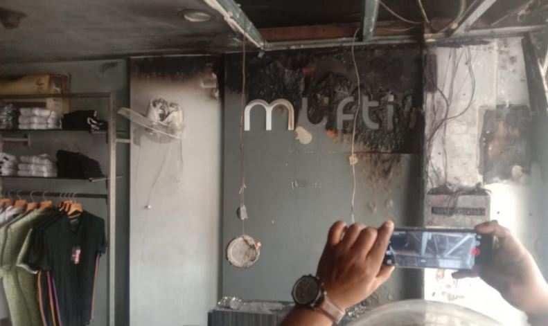 हल्द्वानी से बड़ी खबर   तिकोनिया चौराहे पर कपड़े के शोरूम में लगी आग, लाखो का नुकसान