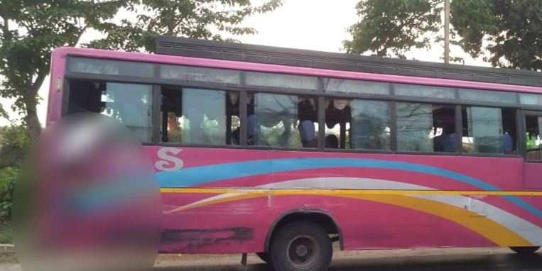 चलती बस की खिड़की से यात्री ने बाहर निकाला सिर, तभी तेज रफ्तार ट्रक ने कुचल दिया