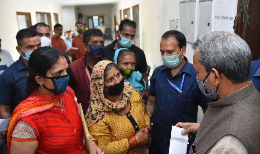 जनता की बीच पहुंचकर एक-एक व्यक्ति की समस्या सुन रहे है CM तीरथ