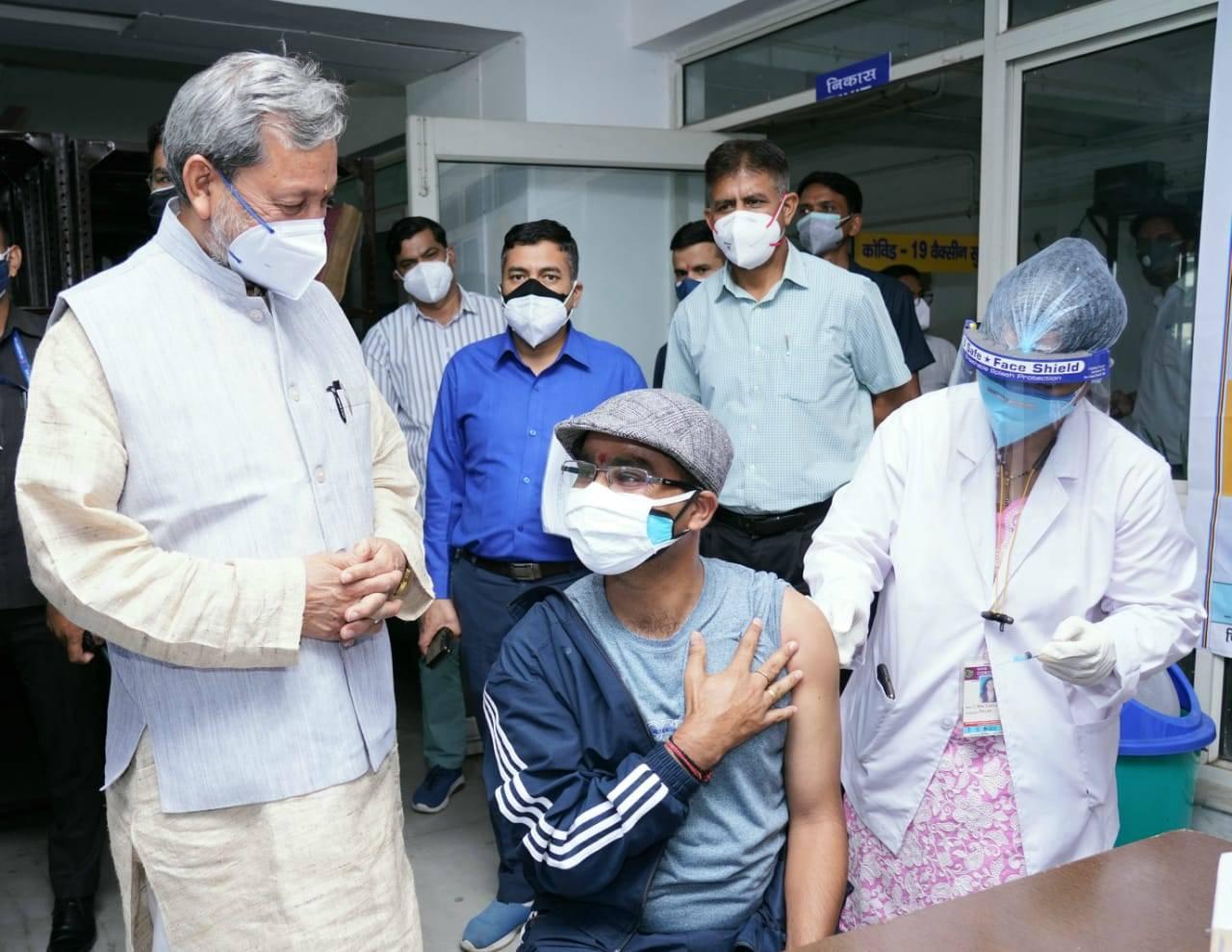 उत्तराखंड | इसकोविड टीकाकरण कैम्प का निरीक्षण करने पहुंचे CM तीरथ