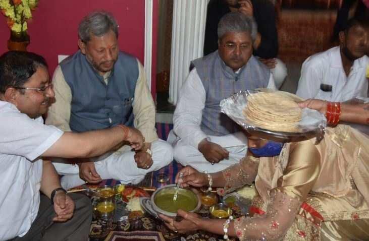 उत्तराखंड | CM तीरथ और प्रदेश प्रभारी गौतम ने दलित कार्यकर्ता के घर किया भोजन