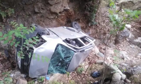 उत्तराखंड  खाई में गिरी कार,एक अधिकारी की मौत, दूसरागंभीर रूप से घायल