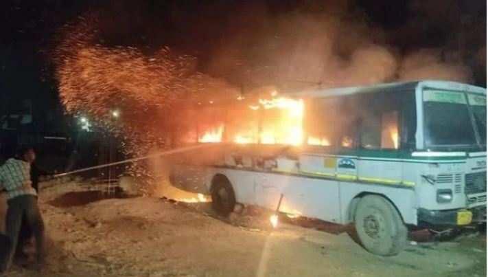 उत्तराखंड   रोडवेज बस डिपो मेंतीन बसों में लगी आग,पुलिस नेसंदिग्ध को पकड़ा
